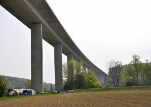 Infrastrukturlandschaft: Autobahnviadukt der A1 bei Wileroltigen BE (Foto: Barbara Marty).